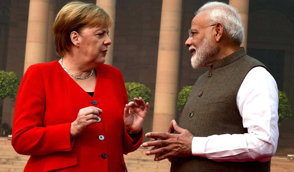 NEW DELHI, NOV 1 (UNI):- Prime Minister Narendra Modi welcomes the Chancellor of the Federal Republic of Germany Angela Merkel at a Ceremonial Reception, at Rashtrapati Bhavan in Delhi on Friday.UNI PHOTO-11U