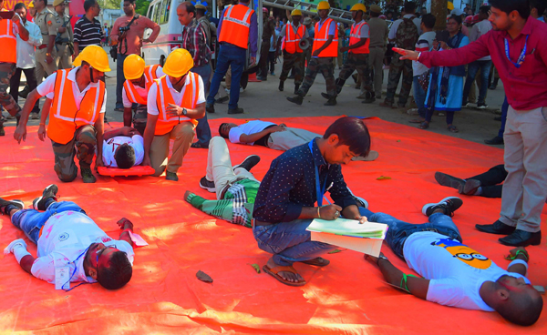 AGARTALA, NOV 28 (UNI):- Members of the NDRF with Fire service and local Police personnel participating at a mock drill for earthquake response preparedness in Agartala on Thursday. UNI PHOTO-60U