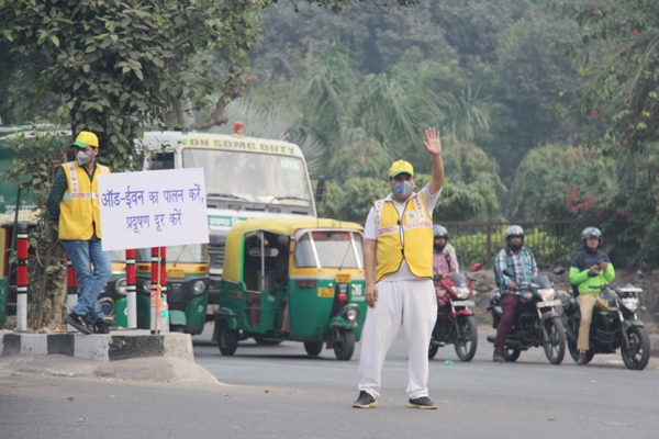 NEW DELHI, NOV 6 (UNI):-Civil defence volunteers during the odd-even traffic scheme in New Delhi on Wednesday. UNI PHOTO-JA4U