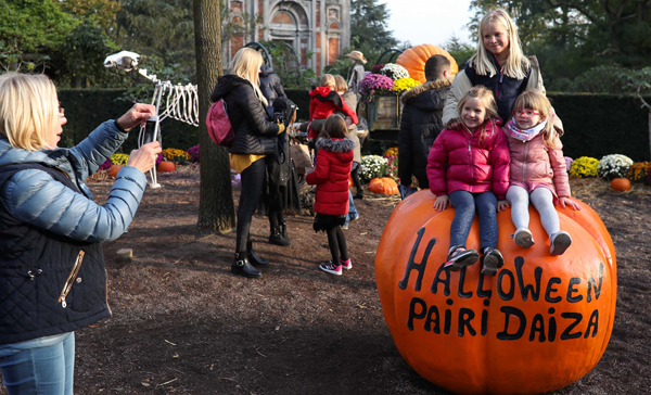 BRUGELETTE, Nov 1 (Xinhua) -- Visitors pose for photos with Halloween decorations at Pairi Daiza zoo in Brugelette, Belgium, Oct. 31, 2019. A series of activities were held at the zoo to celebrate the Halloween, attracting numbers of locals and tourists. Xinhua/UNI PHOTO-5F