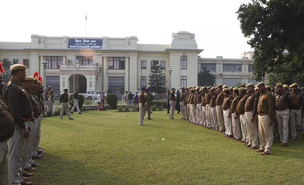 PATNA, NOV 20 (UNI):- Police personal gather in the campus of Bihar assembly ahead of the winter session, in Patna on Wednesday.UNI PHOTO-30U
