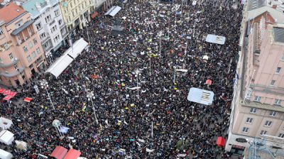 ZAGREB, Nov.26 (Xinhua) -- Protesters take part in a rally in Zagreb, Croatia, on Nov. 25, 2019. Over 20,000 Croatian teachers and their supporters gathered on Monday at the capital's main square, demanding higher salaries and better working conditions. Xinhua/ UNI PHOTO-2F