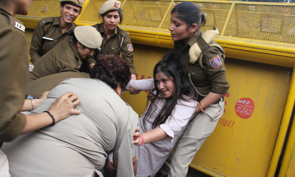 NEW DELHI, NOV 21 (UNI):- Police detaining a student during Akhil Bharatiya Vidyarthi Parishad (ABVP) and Jawaharlal Nehru University (JNU) students protest at Jantar Mantar on the issue of fee hike, in New Delhi on Thursday. UNI PHOTO-JA21U