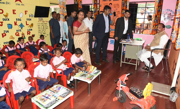 CHAIBASA, NOV 1 (UNI):- Jharkhand Chief Minister Raghubar Das meeting with school children during 'Jan Choupal Yatra' ahead assembly election at Khutpani, in Chaibasa on Friday. UNI PHOTO-76U