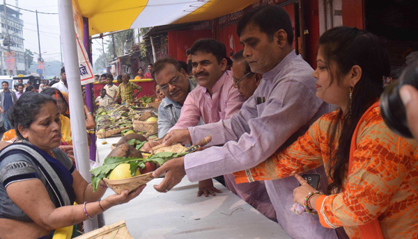 PATNA, NOV 1 (UNI):- BJP MP Ramkripal Yadav distributes fruits among Chhath devotees in Patna on Friday.UNI PHOTO-18U