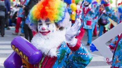 TORONTO, Nov. 18 (Xinhua) -- A dressed-up clown waves to people during the 2019 Toronto Santa Claus Parade in Toronto, Canada, on Nov. 17, 2019. Featuring 34 themed floats and 20 marching bands, the annual parade was held here on Sunday. Xinhua/UNI PHOTO-5F