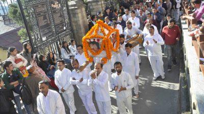 SHIMLA, NOV 18 (UNI)- Devotees participating in Sobha Yatra on the occasion of birth anniversary of Sathya Sai Baba at Shimla on Monday. UNI PHOTO-71U