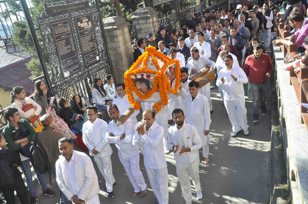 SHIMLA, NOV 18 (UNI)- Devotees participating in Sobha Yatra on the occasion of birth anniversary of Sathya Sai Baba at Shimla on Monday. UNI PHOTO-71U