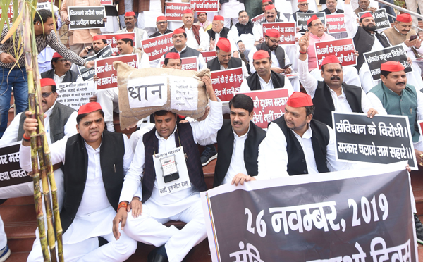 LUCKNOW, NOV 26 (UNI)- Samajwadi Party legislators staging 'Samvidhan Bachao' dharna at Uttar Pradesh assembly premises in Lucknow on Tuesday.UNI PHOTO-22u
