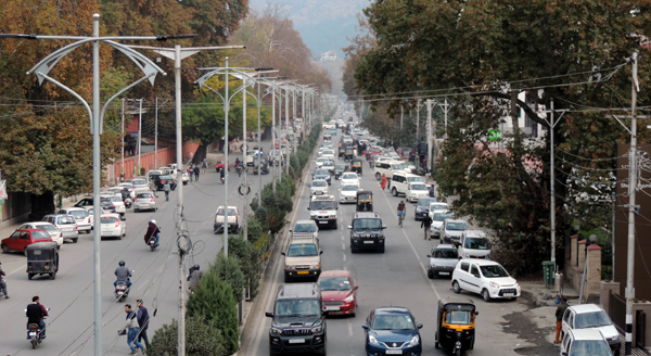SRINAGAR, NOVEMBER 2 (UNI) Vehicular movement returns on the roads in Srinagar on saturday amid spontaneous general strike on the 90th consecutive day..UNI SRN PHOTO 5.