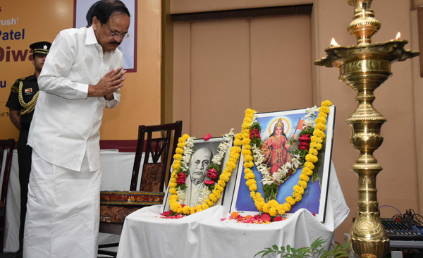 HYDERABAD, OCT 31 (UNI):- Vice President, M. Venkaiah Naidu paying floral tributes to Sardar Vallabhbhai Patel on his birth anniversary, in Hyderabad on Thursday.UNI PHOTO-153U