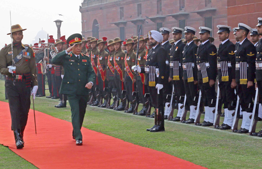 NEW DELHI, NOV 25 (UNI):- Chief of General Staff, Vietnam People's Army and Deputy Minister of National Defence Sr Lt Gen Phan Van Giang inspecting Guard of Honour on the lawns of South Block, in New Delhi on Monday. UNI PHOTO- 40U