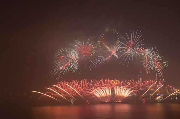 (191222) -- MACAO, Dec. 22, 2019 (Xinhua) -- Fireworks explode over the sky in south China's Macao, Dec. 22, 2019. Macao and its neighboring city Zhuhai jointly held a firework show to celebrate the 20th anniversary of Macao's return to the motherland on Sunday. (Xinhua/Cheong Kam Ka)