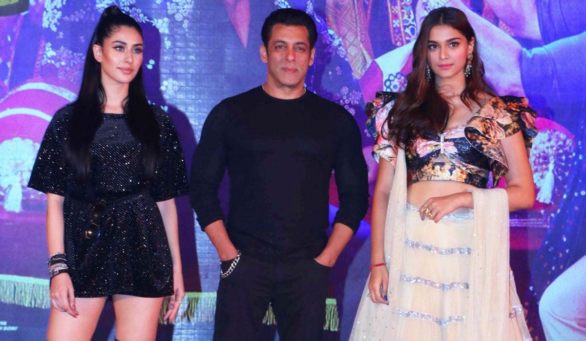 MUMBAI, DEC 1 (UNI):- Bollywood actor Salman Khan with item girls Warina Hussain and Saiee Manjrekar at the launch of Dabangg 3, song Munna Badnaam Hua, in Mumbai on Saturday night. UNI PHOTO-5U