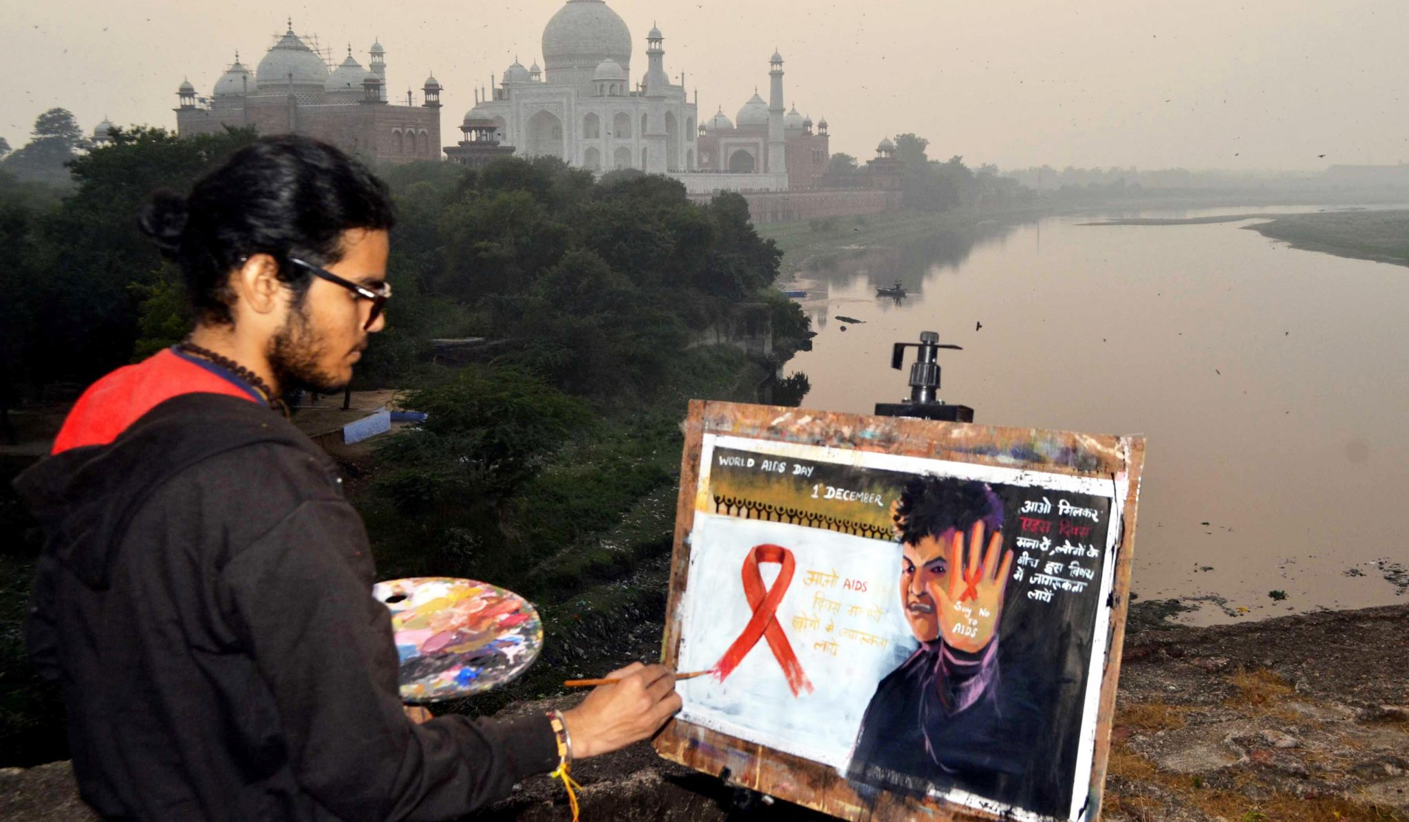 AGRA, NOV 30 (UNI):- A painter on AIDS Day giving message through painting to bring awareness in Saturday. UNI PHOTO-113U