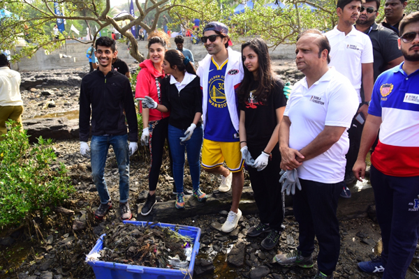 Mumbai: Actor Gurmeet Choudhary participates in Carter Road Beach Clean Up Drive, in Mumbai on Dec 28, 2019. (Photo: IANS)