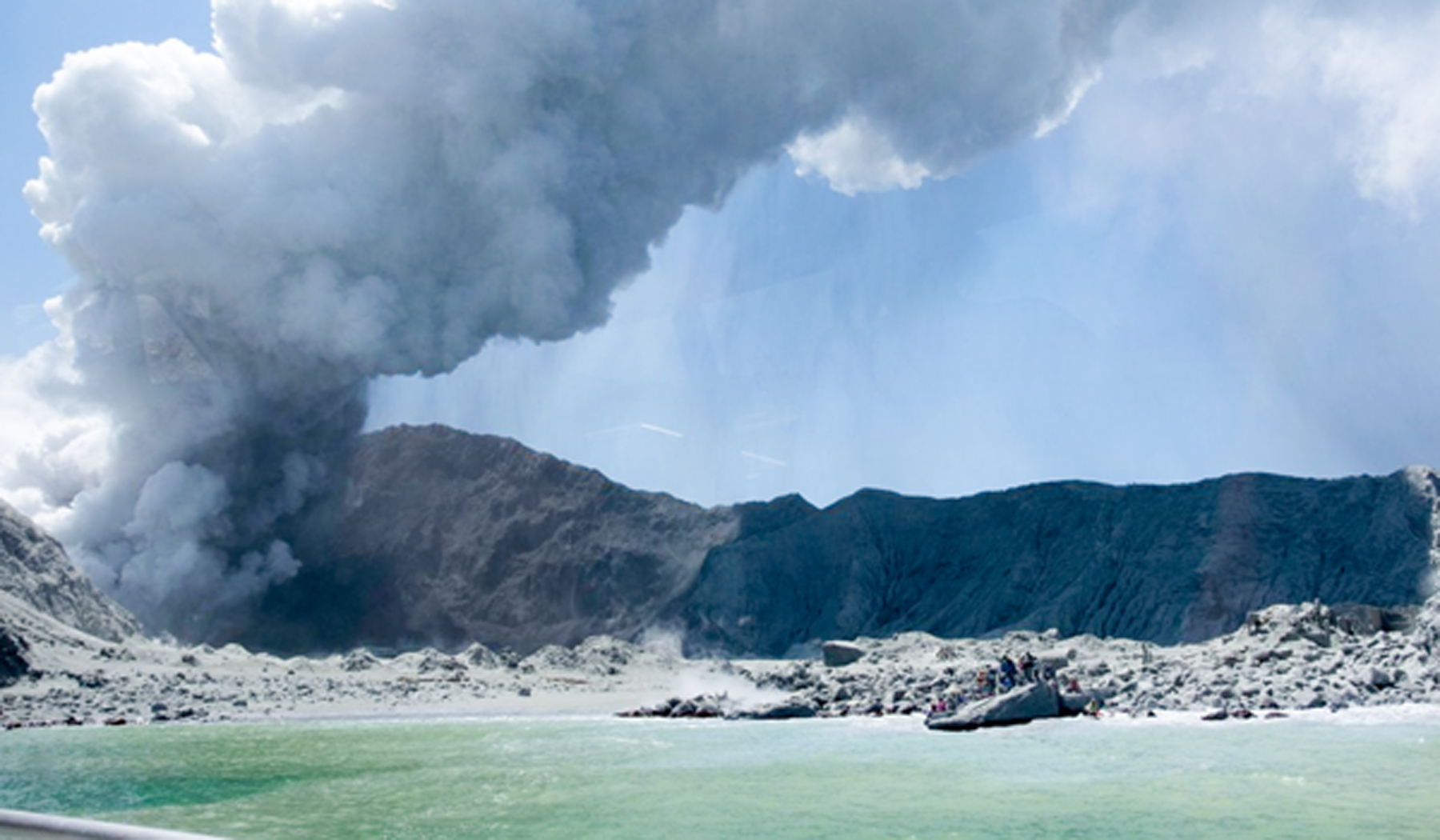 (191209) -- WHITE ISLAND (NEW ZEALAND), Dec. 10, 2019 (Xinhua) -- Photo taken on Dec. 9, 2019 shows the heavy smoke from volcanic eruption at New Zealand's White Island. Five people were confirmed dead in a volcanic eruption in New Zealand's White Island in the Eastern Bay of Plenty of the North Island on Monday, with more casualties likely, the police said. (Photo provided by Michael Schade/Handout via Xinhua)