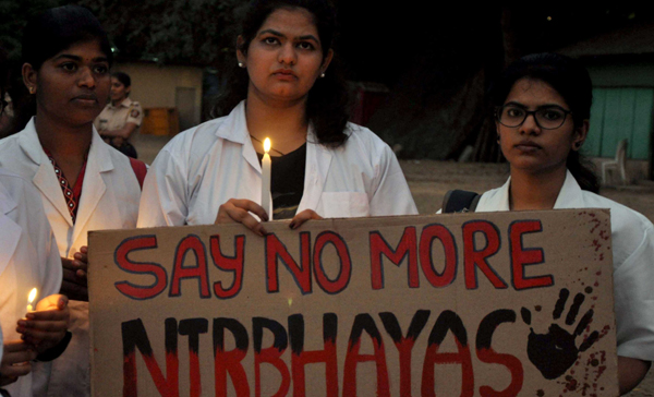 MUMBAI, DEC 3 (UNI) - The students of Bombay Veterinary college Parel held a candle light vigil in the memory of late Dr.Priyanka Reddy at Azad maidan CST, Mumbai on tuesday. UNI PHOTO-89U