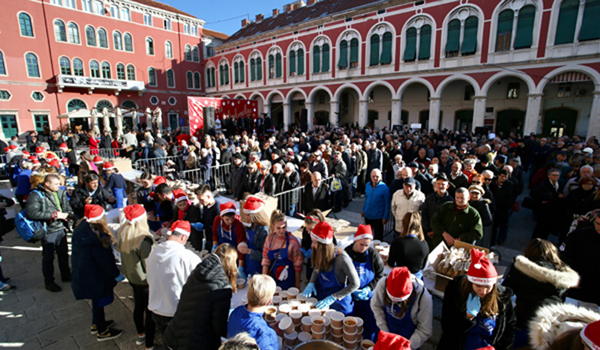 (191225) -- ZAGREB, Dec. 25, 2019 (Xinhua) -- People wait to enjoy free serving of cod fish stew, a traditional Christmas Eve specialty made of dried cod fish and potatoes, at Ban Josip Jelacic Square in the city center of Zagreb, Croatia, Dec. 24, 2019. (Ivo Cagalj/Pixsell via Xinhua)