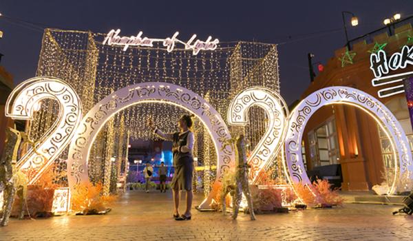 (191224) -- VIENTIANE, Dec. 24, 2019 (Xinhua) -- Festive decorations for the holiday season are lit up in Vientiane, Laos, Dec. 23, 2019. (Photo by Kaikeo Saiyasane/Xinhua)
