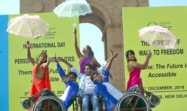 NEW DELHI, DEC 3 (UNI):-Differently abled persons performing a dance drama on the occasion of Internationl Day of Persons with Disabilities at India Gate, in New Delhi on Tuesday. UNI PHOTO-AK21U