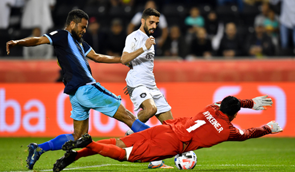 (191212) -- DOHA, Dec. 12, 2019 (Xinhua) -- Al Haydos (C) of Al-Sadd Sports Club vies for the ball with Emile Bearune (L) and Rocky Nyikeine (R) of Hienghene Sport during their FIFA Club World Cup Qatar 2019 first round match at the Jassim bin Hamad Stadium in Doha, capital of Qatar, Dec. 11, 2019. (Photo by Nikku/Xinhua)