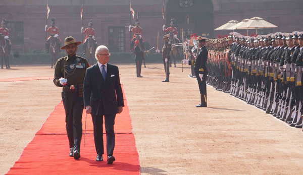 NEW DELHI, DEC 2 (UNI):- King Carl XVI Gustaf of Sweden inspecting a guard of honour during ceremonial reception at Rashtrapati Bhavan, in New Delhi on Monday. UNI PHOTO-AK3U