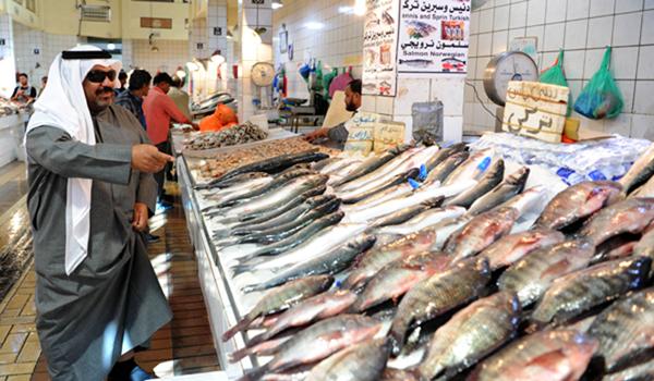 (191224) -- KUWAIT CITY, Dec. 24, 2019 (Xinhua) -- People buy fishes at a fish market in Kuwait City, Kuwait, Dec. 23, 2019. (Photo by Ghazy Qaffaf/Xinhua)