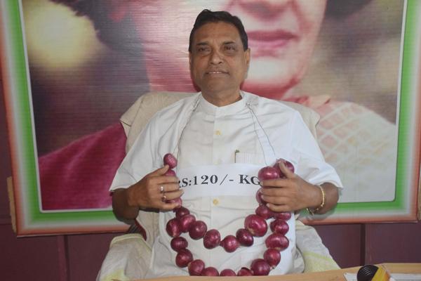 AGARTALA,DEC 4 (UNI):-Veteran Congress leader Gopal Roy addressing a press confernce about rising onion price Rs 120 per Kg in Agartala on Wednesday.UNI PHOTO-79U