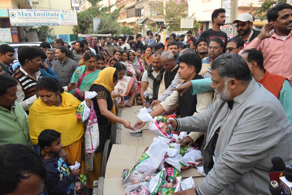 PATNA, DEC 5 (UNI):- Jan Adhikar Party Chief Pappu Yadav selling onions at the rate of Rs. 35 per kg to people outside Bihar Deputy CM Sushil Kumar Modi's Rajendra Nagar residence during  protest against hoarding and inflation, in Patna on Thursday.UNI PHOTO-51U