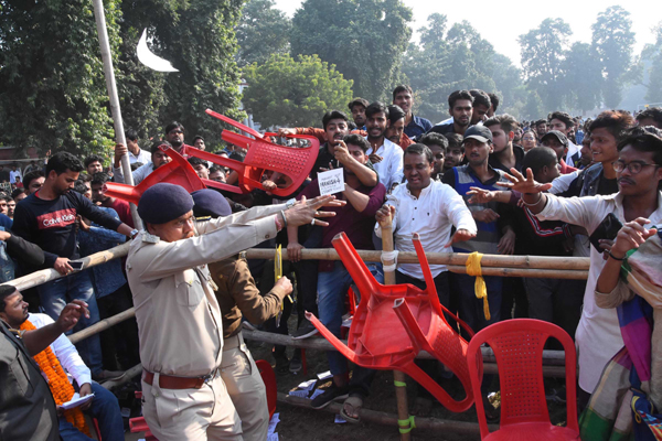 PATNA, DEC 5 (UNI):- Police stopping to Students of Patna University during clash on presidential debate ahead of university election, in Patna on Thursday.UNI PHOTO-50U