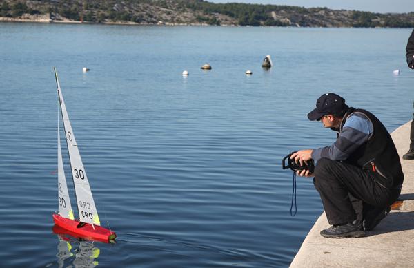 (191216) -- SIBENIK, Dec. 16, 2019 (Xinhua) -- A participant controls his boat at the 24th regatta of radio-controlled sailboats in Sibenik, Croatia, Dec. 15, 2019. (Dusko Jaramaz/Pixsell via Xinhua)