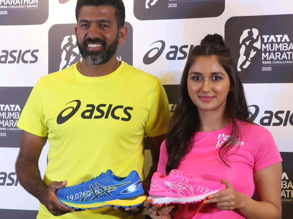 MUMBAI,DEC 05 (UNI) - Tennis Ace Rohan Bopanna with actor Nikita Dutta unveil the ASICS Limited Edition GEL-NIMBUS 22 and official race day t-shirt for the Tata Mumbai Marathon,in Mumbai on Thursday.UNI PHOTO-55U