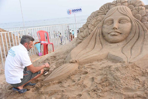 KONARK (ODISHA), DEC 5 (UNI) - Sand artists from India and abroad have created sand sculptures at the International Sand Art Festival being orghanised by Odisha Tourism Department, coinciding with the Konark Dance Festival at Chandrabhaga beach, on Thursday. UNI PHOTO-69U