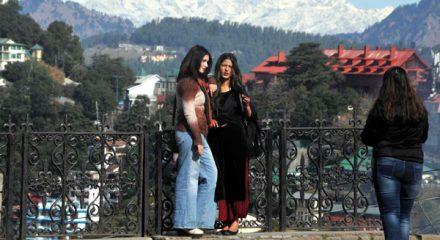 SHIMLA, DEC 4 (UNI):- Tourists enjoying pleasant weather in Shimla on Wednesday. UNI PHOTO-65U