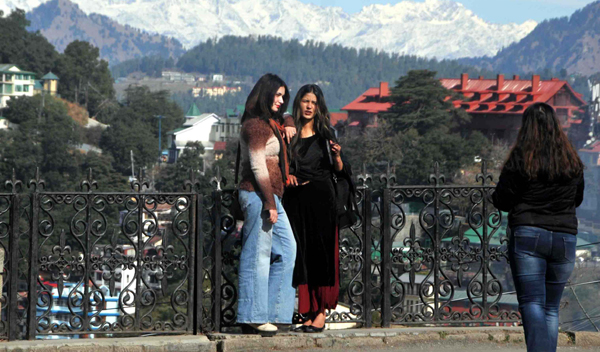 SHIMLA, DEC 4 (UNI):- Tourists enjoying pleasant weather in Shimla on Wednesday. UNI PHOTO-65U