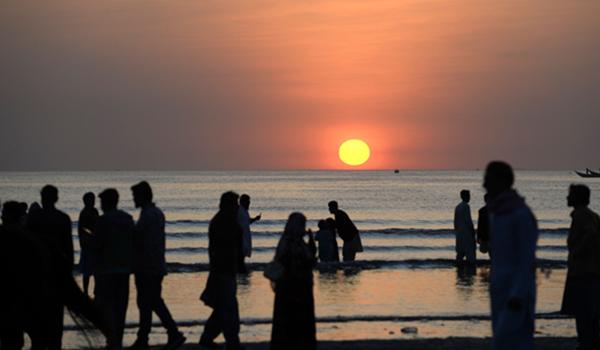 (191224) -- KARACHI, Dec. 24, 2019 (Xinhua) -- People enjoy the view of sunset at a beach in southern Pakistani port city of Karachi on Dec. 24, 2019. (Xinhua/Ahmad Kamal)