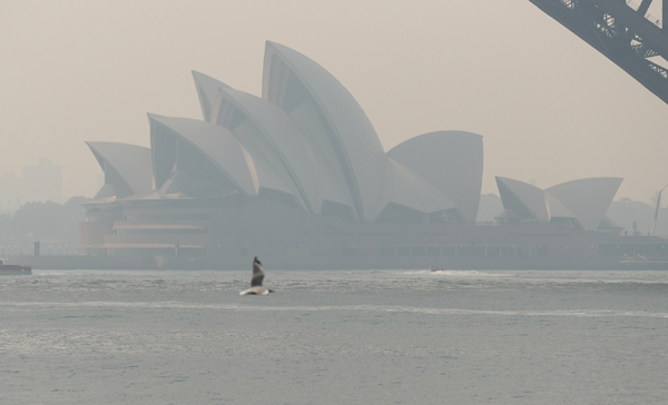 SYDNEY, Dec. 19, 2019 (Xinhua) -- Photo taken on Dec. 19, 2019 shows the smoke-shrouded Opera House in Sydney, Australia. Sydney's normally picturesque skyline was once again blanketed by thick smoke on Thursday. (Xinhua/Bai Xuefei/IANS)