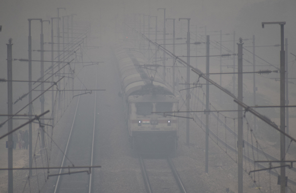 Dense fog engulfs Delhi, 21 trains running late