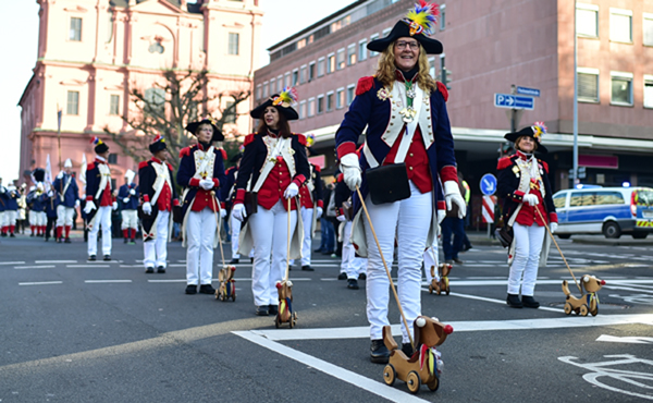 (200101) -- MAINZ, Jan. 1, 2020 (Xinhua) -- People participate in a New Year's parade in Mainz, Germany, Jan. 1, 2020. (Xinhua/Lu Yang)