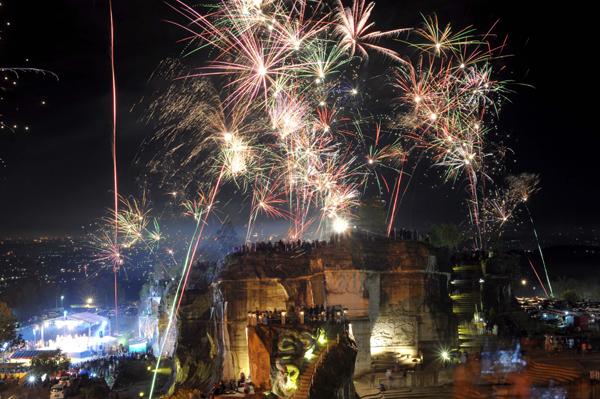 (200101) -- YOGYAKARTA, Jan. 1, 2020 (Xinhua) -- Photo taken on Dec. 31, 2019 shows people attending New Year's Eve celebrations at Bresit cliff hill in Yogyakarta, Indonesia. (Photo by Supriyanto/Xinhua)
