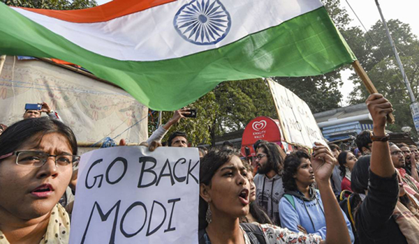 Congressmen show black flag to Modi, shout 'go back'
