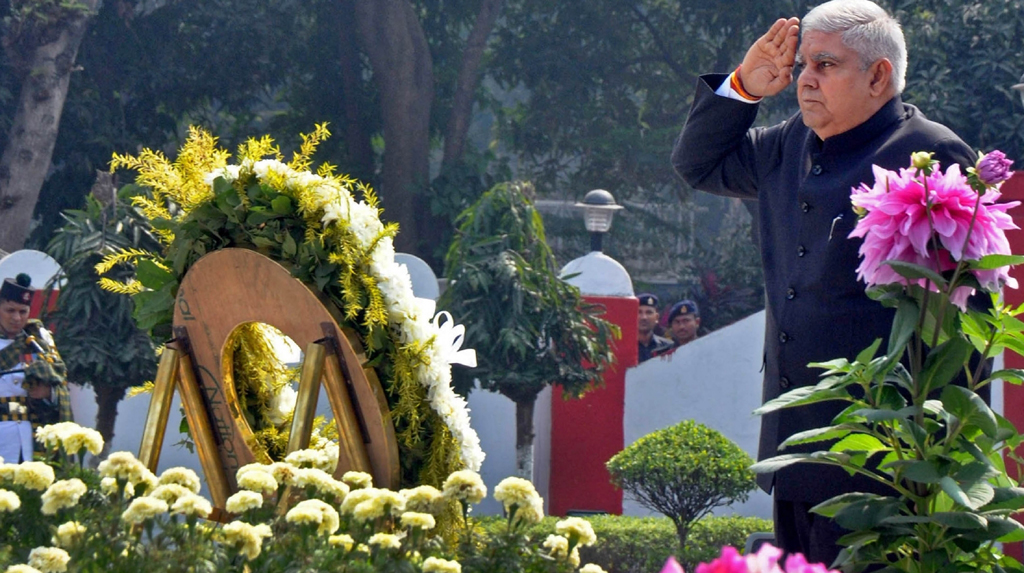 Kolkata: West Bengal Governor, Jagdeep Dhankhar, visited to the Vijay Smarak to pay homage to the fallen braves at Fort William in Kolkata on Feb 20, 2020. (Photo: Kuntal Chakrabarty/IANS)