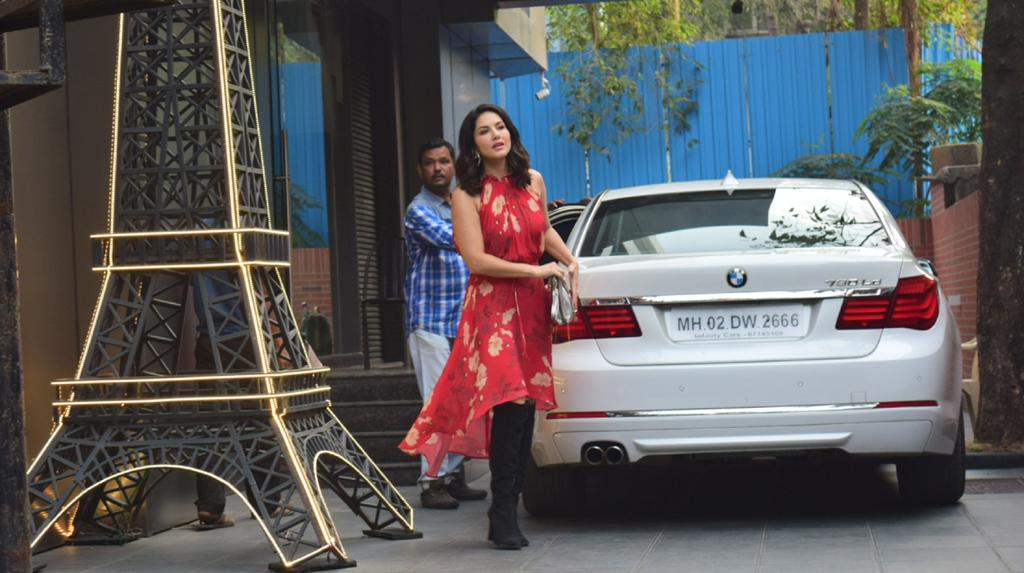 Mumbai: Actress Sunny Leone spotted at Juhu in Mumbai on Feb 25, 2020. (Photo: IANS)