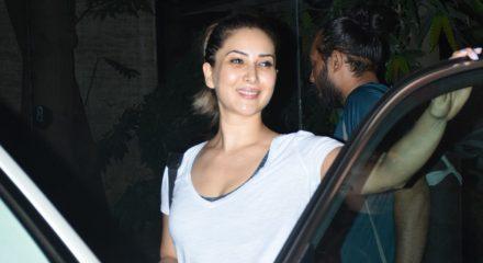 Mumbai: Actress Kim Sharma seen at Bandra, in Mumbai on March 18, 2020. (Photo: IANS)