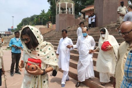 Late Bollywood actor Sushant Singh Rajput's father and his two sisters, along with a 'Pandit' immerse the ashes