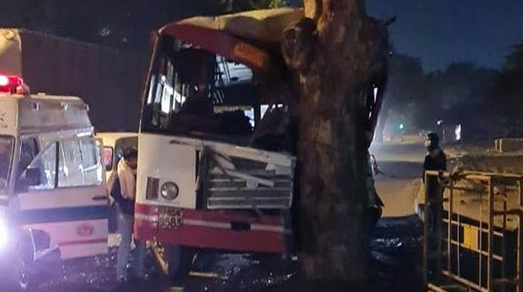 UP roadways bus collided with a tree in Delhi, 20 injured